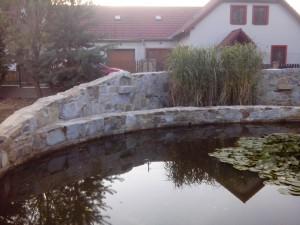 Rodinný dům Suchdol nad Lužnicí – kamenná hráz rybníčka